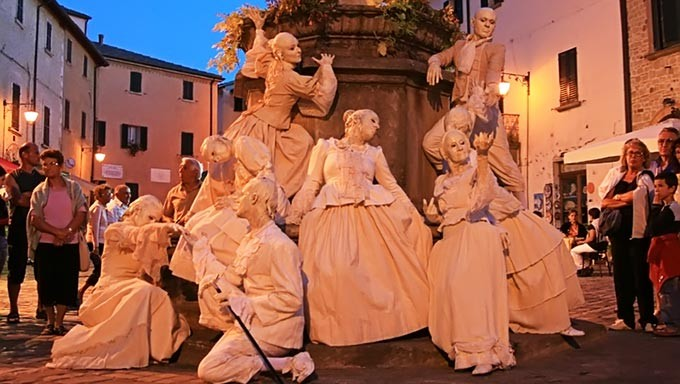 Itinerant living statues of baroque age